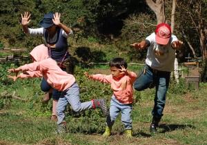 踊る山田家。昨年秋の「木と踊る学科」にて。